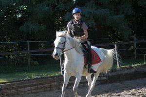 enfant sur cheval à l'école d'équitation Equival Valréas